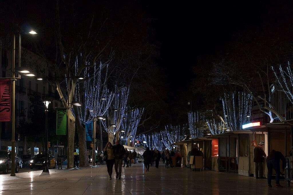 Las Ramblas Barcelona wcufnr - 10 Beautiful Places To Visit At Night